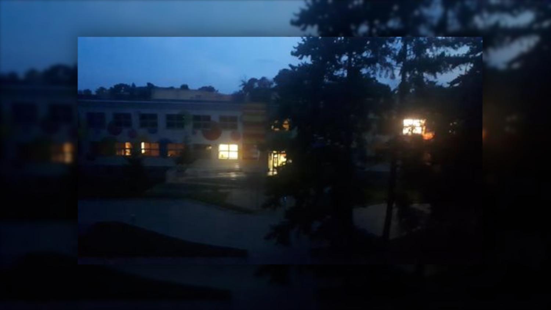 """Internauta: """"Tak trwonią pieniądze podatników"""". Światła w przedszkolu są włączone całą noc? - Zdjęcie główne"""