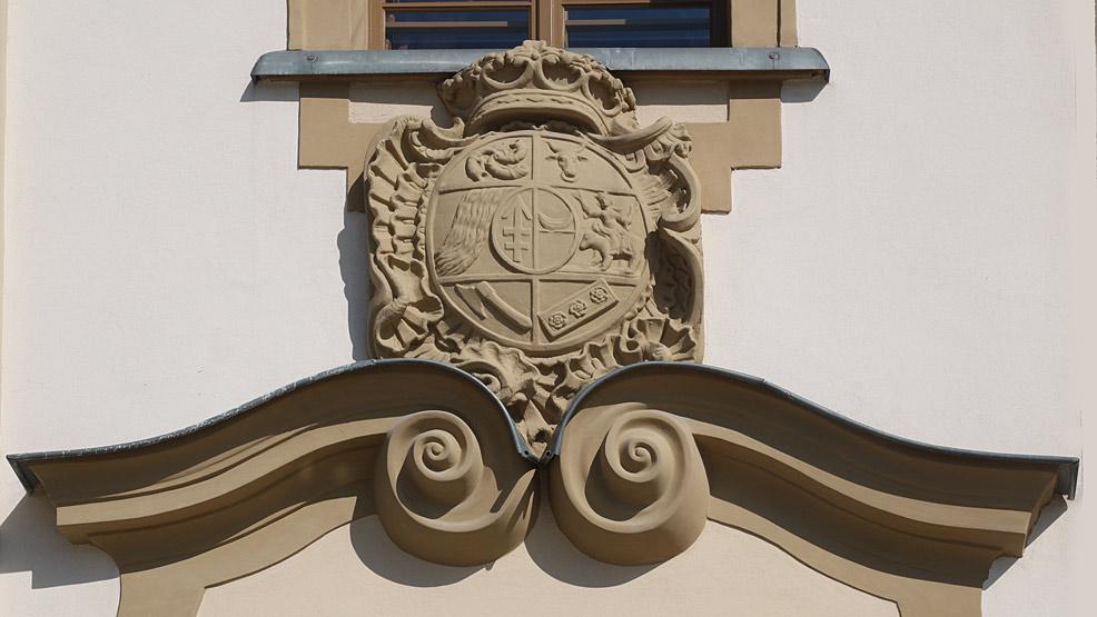 Osiem herbów nad wejściem do rawickiego ratusza - Zdjęcie główne