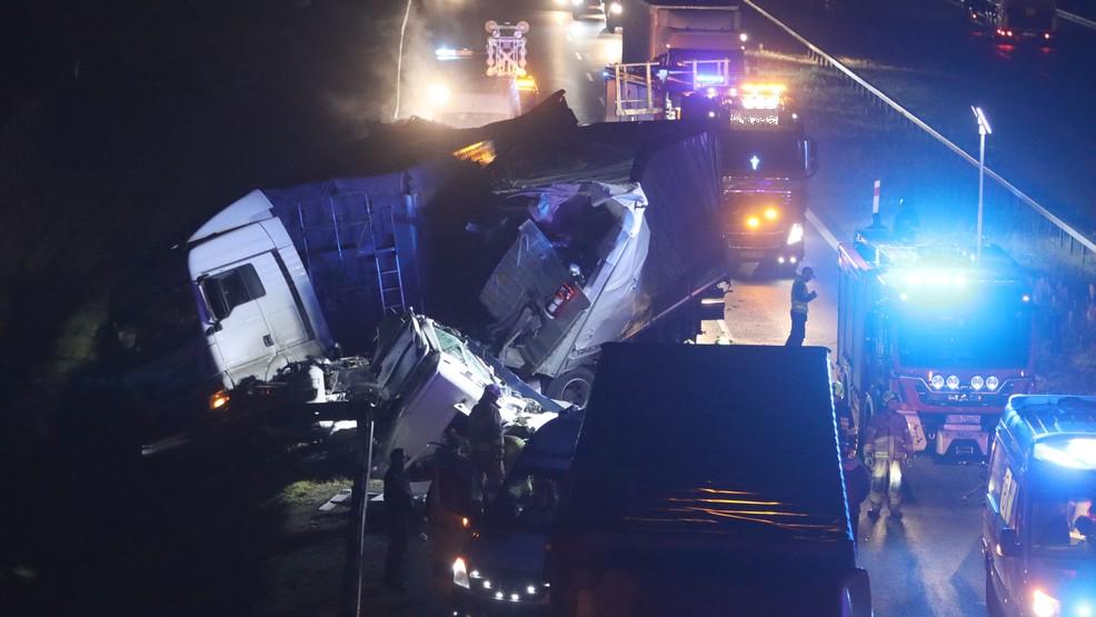 Koszmarny wypadek na S5. Kabina ciężarówki roztrzaskana [ZDJĘCIA] - Zdjęcie główne