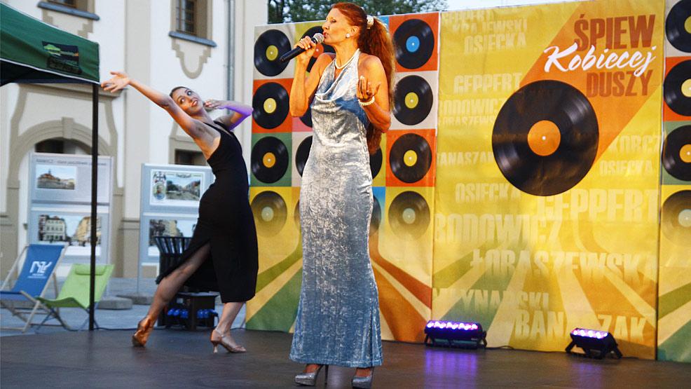 Świetny recital Barbary Duckiej na rawickim rynku - Zdjęcie główne