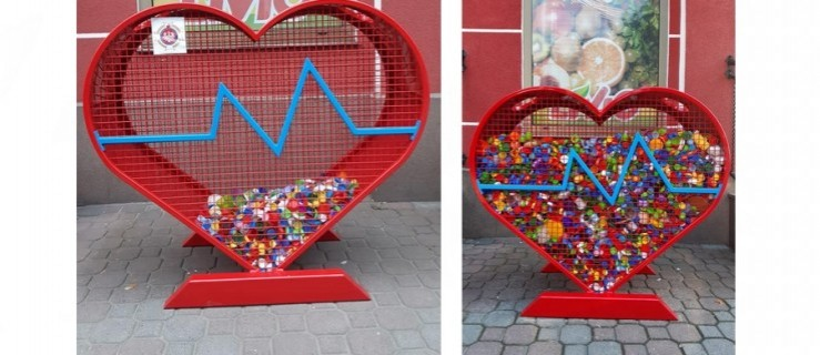 Ogromne serce na plastikowe nakrętki stanęło w Szkaradowie - Zdjęcie główne