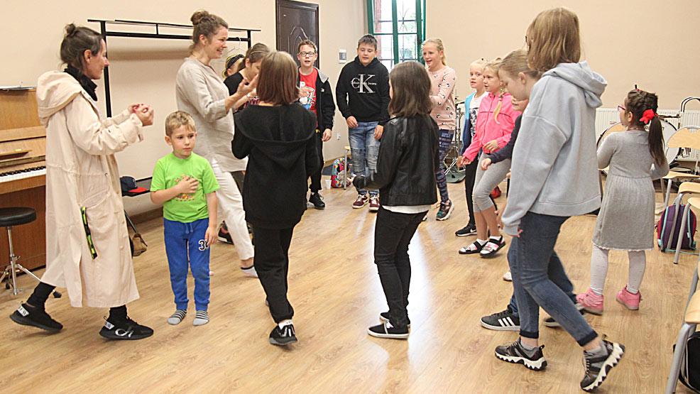 Dzieci śpiewały, tańczyły i uczestniczyły zajęciach plastycznych  - Zdjęcie główne