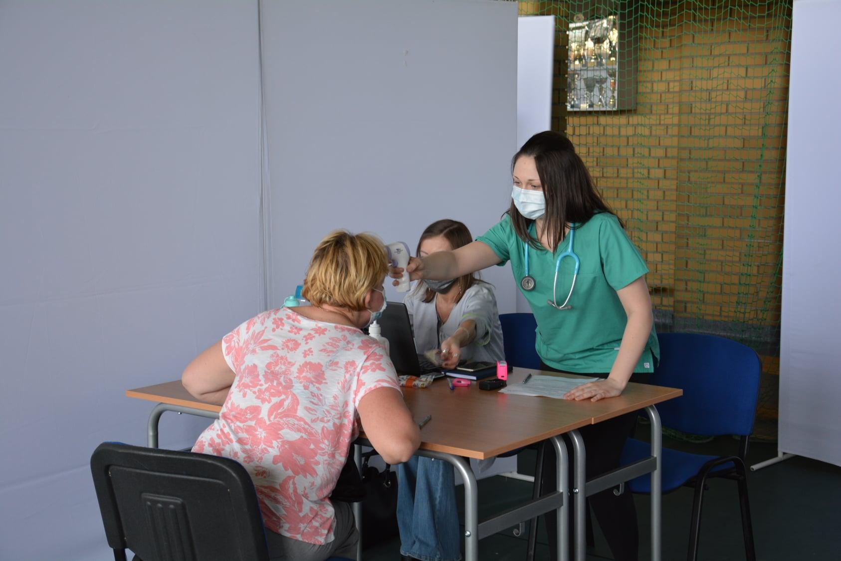 Powiat pleszewski. Mieszkańcy szczepią się przeciwko koronawirusowi. W sali ZST otwarto Punkt Szczepień Powszechnych - Zdjęcie główne