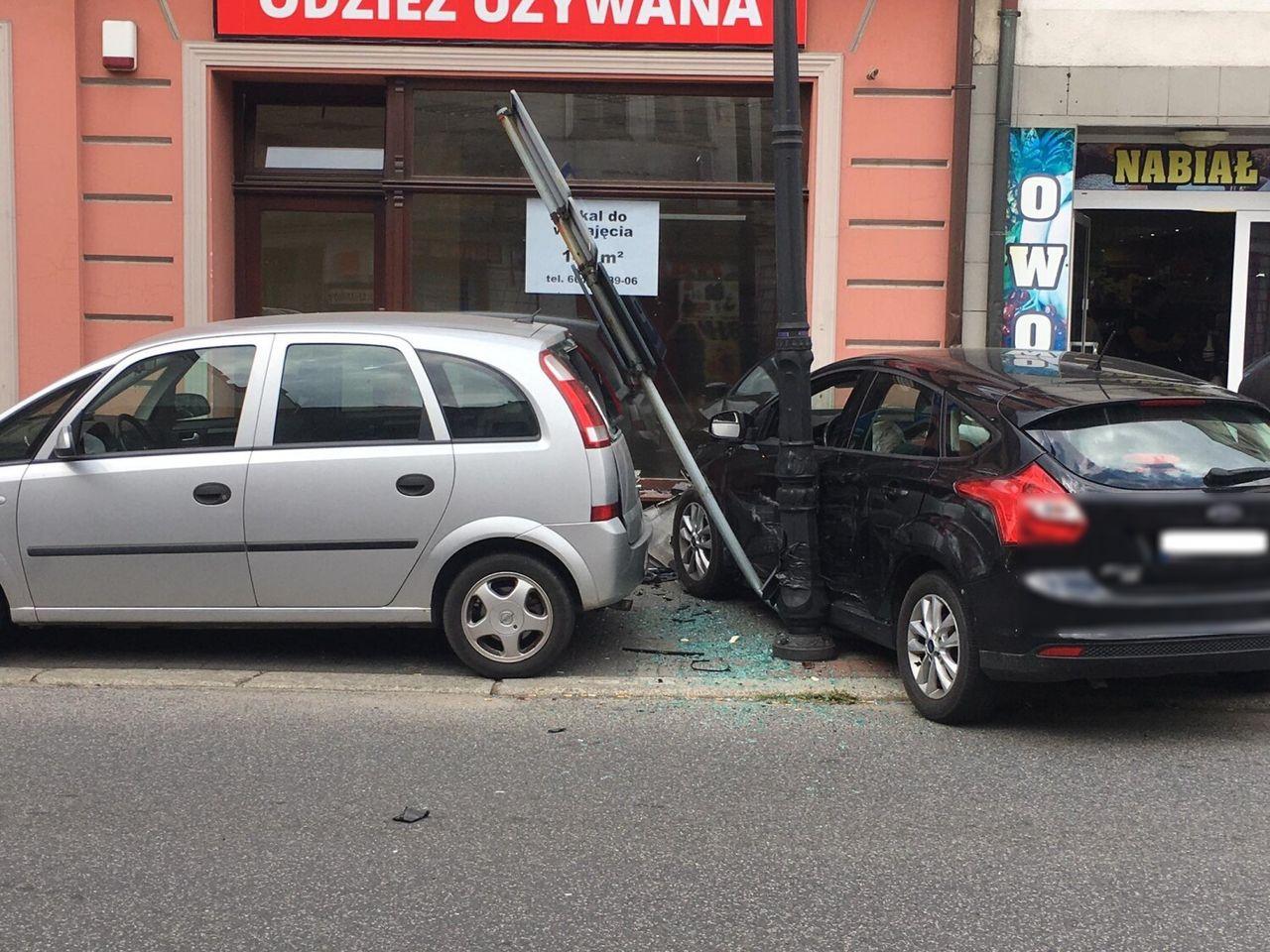 Pleszew. Kolizja na Kaliskiej. Kierowca zatrzymał się tuż przed sklepową witryną - Zdjęcie główne