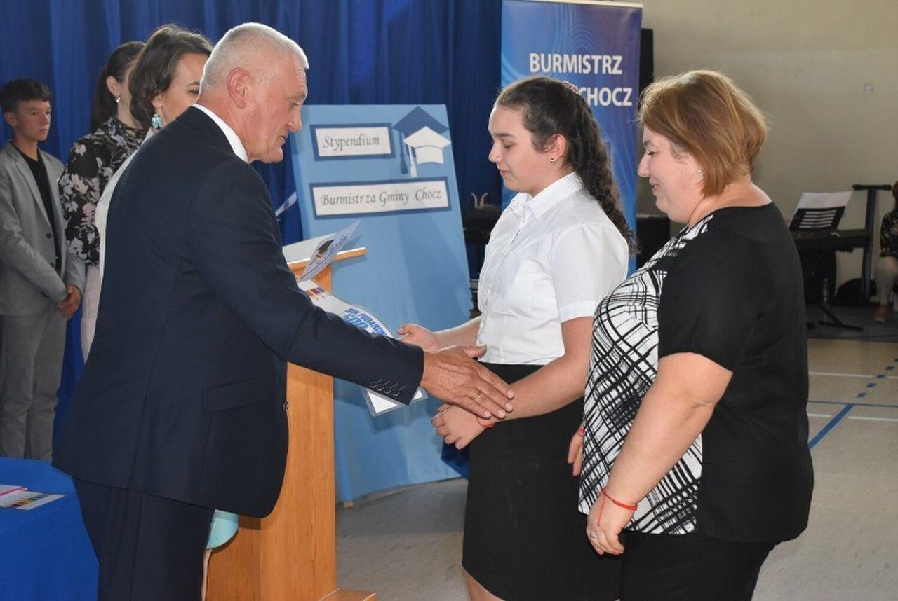 Najzdolniejsi uczniowie z gminy Chocz otrzymali stypendia - Zdjęcie główne