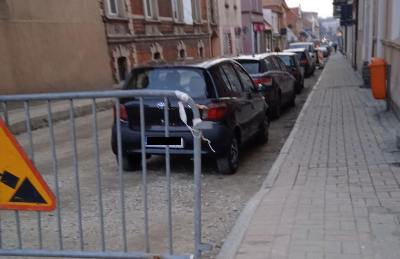 Pleszew. Przeparkuj samochód, bo będą wylewać asfalt! Kończy się remont na ul. Sienkiewicza - Zdjęcie główne