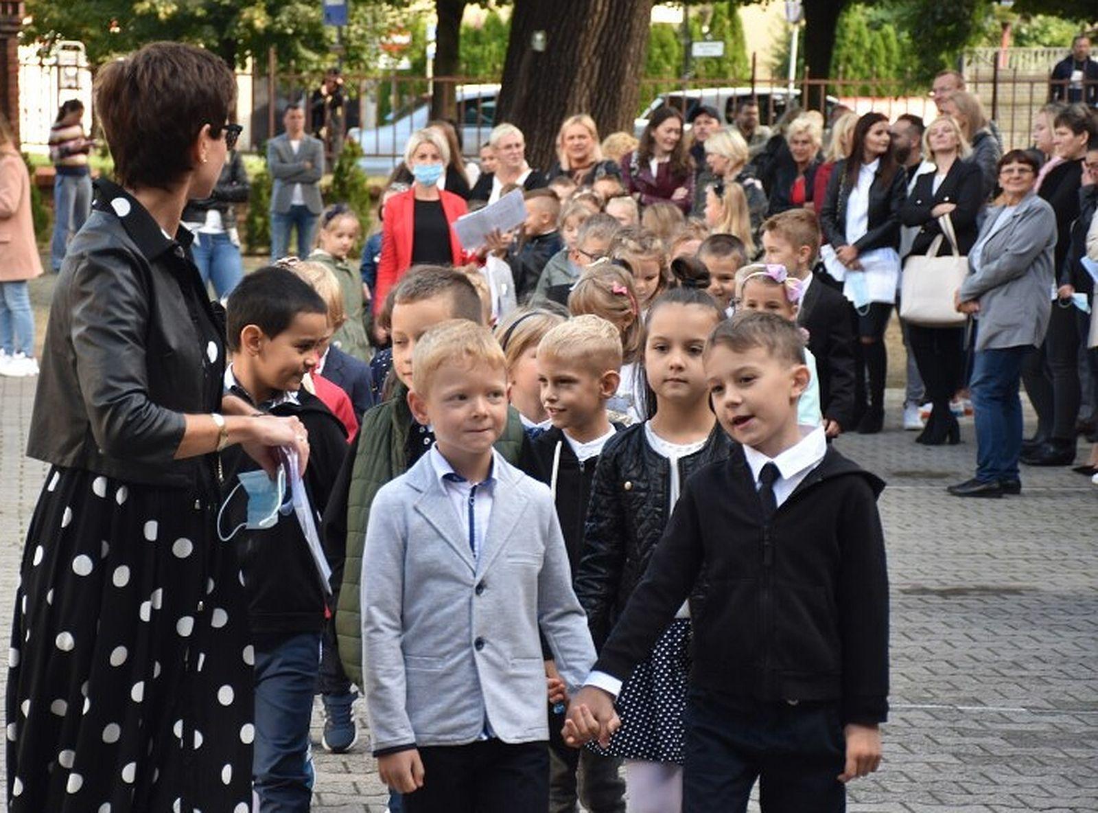 Pleszew. Nowy rok szkolny 2021/2022. Ilu mamy uczniów w szkołach? Ile dzieci jest w przedszkolach? - Zdjęcie główne