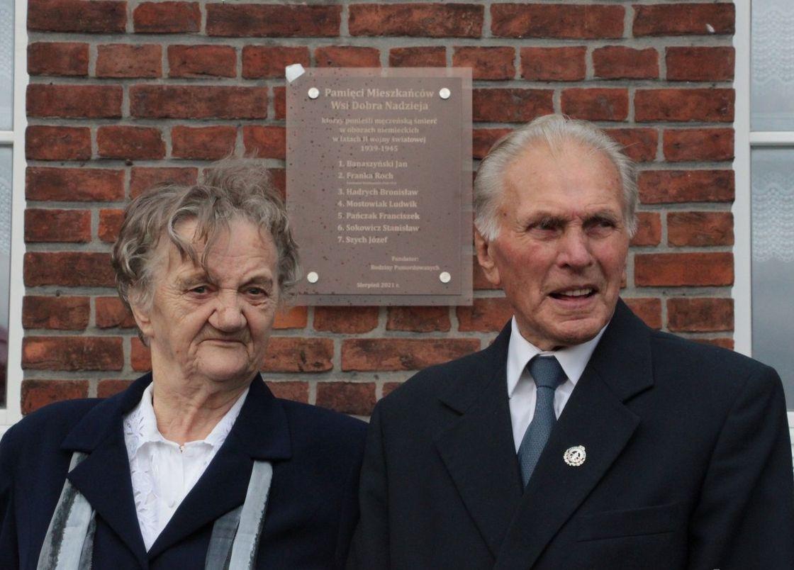 """Gmina Pleszew. Dobra Nadzieja. Upamiętnili ofiary II wojny światowej. """"To pierwsza taka tablica w regionie"""" [ZDJĘCIA] - Zdjęcie główne"""