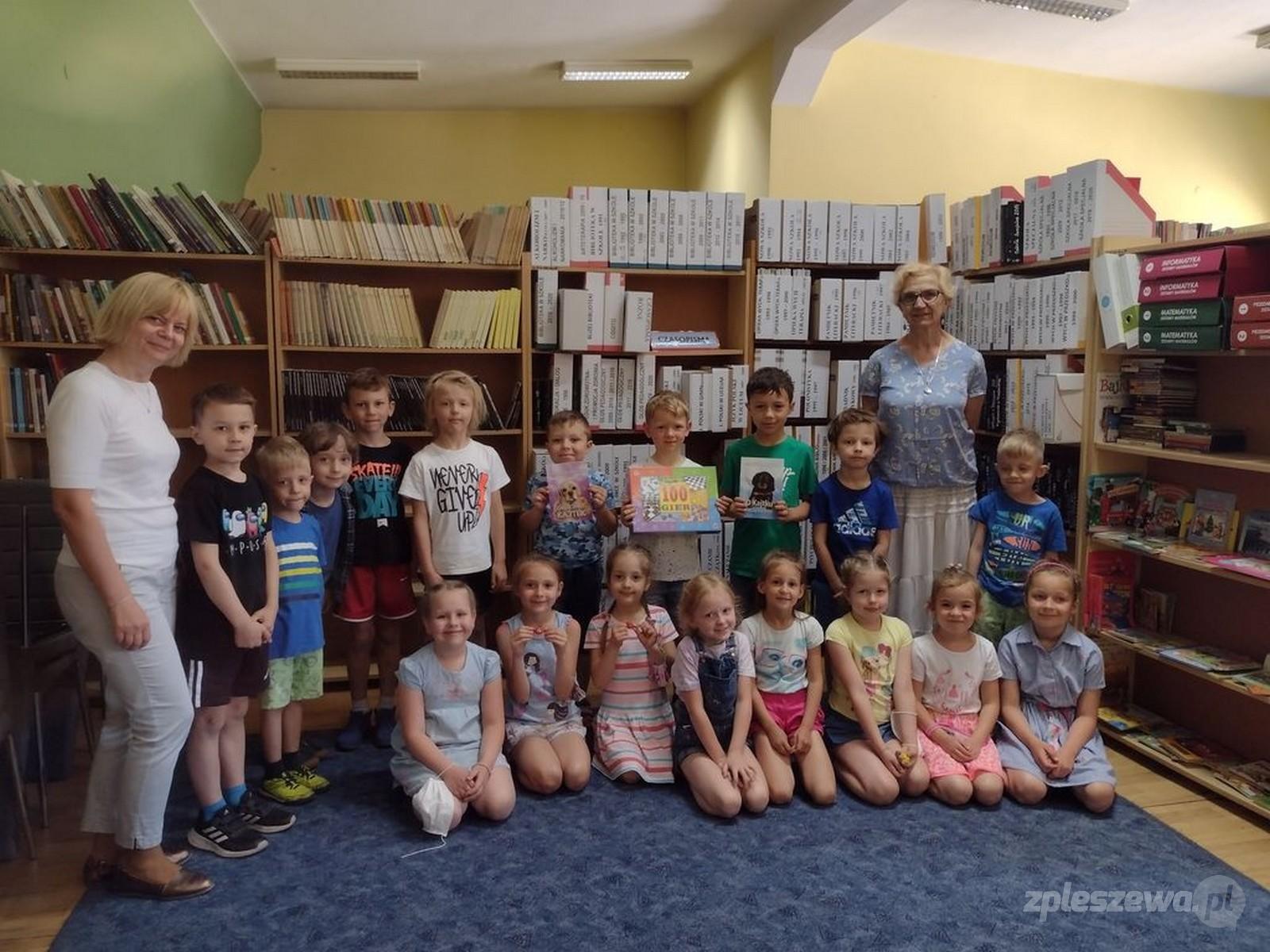 Pleszew. Starszaki w bibliotece - Zdjęcie główne