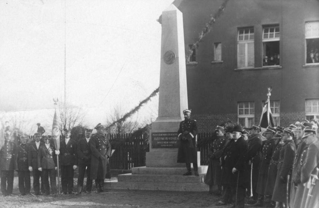 Marszałek Józef Piłsudski przed koszarami w Pleszewie. Ten pomnik istniał zaledwie 9 lat - Zdjęcie główne
