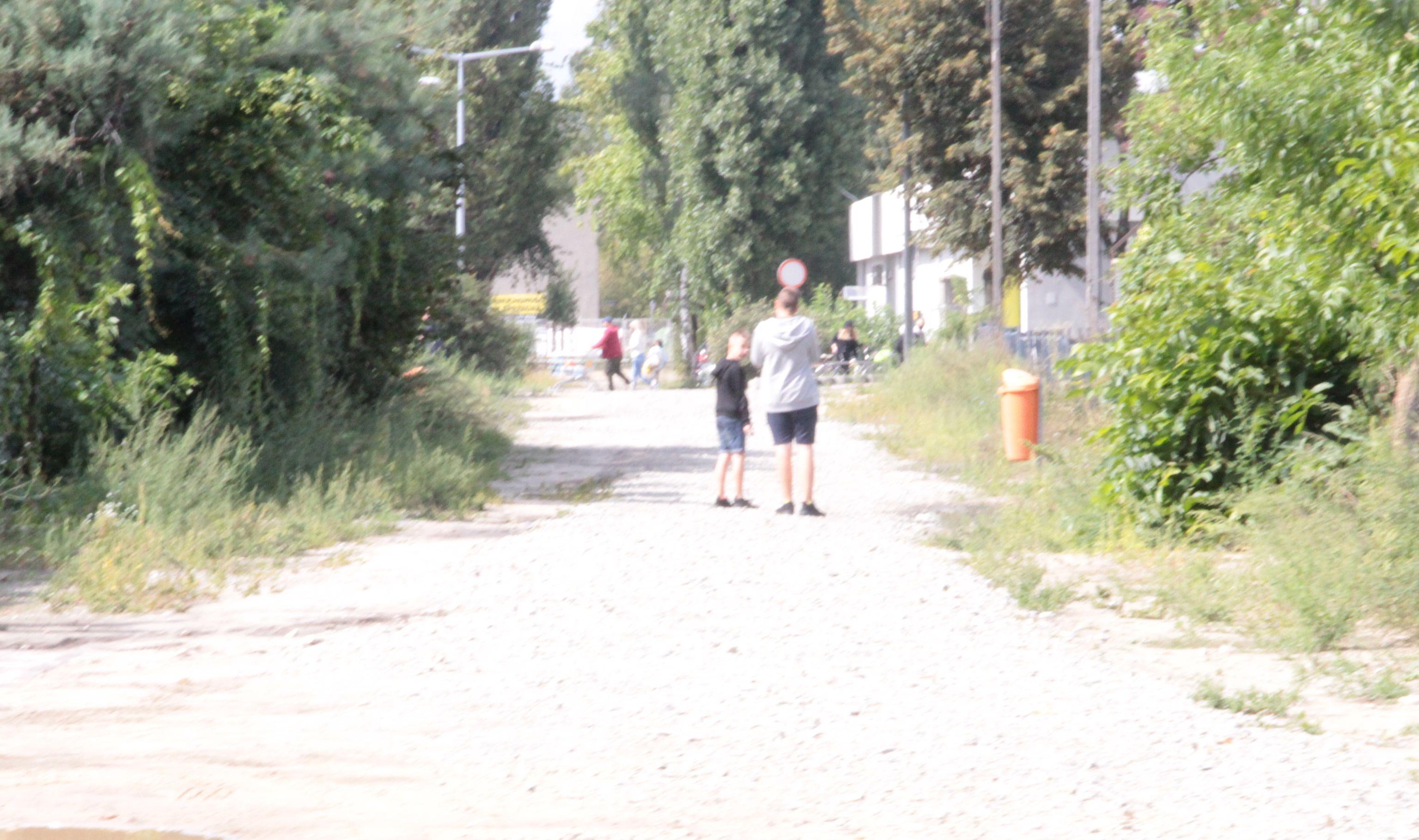 """Pleszew. Co dalej z łącznikiem ulic Sienkiewicza i Ogrodowej? """"Brakuje tu oświetlenia oraz normalnego chodnika"""" - mówią ludzie - Zdjęcie główne"""