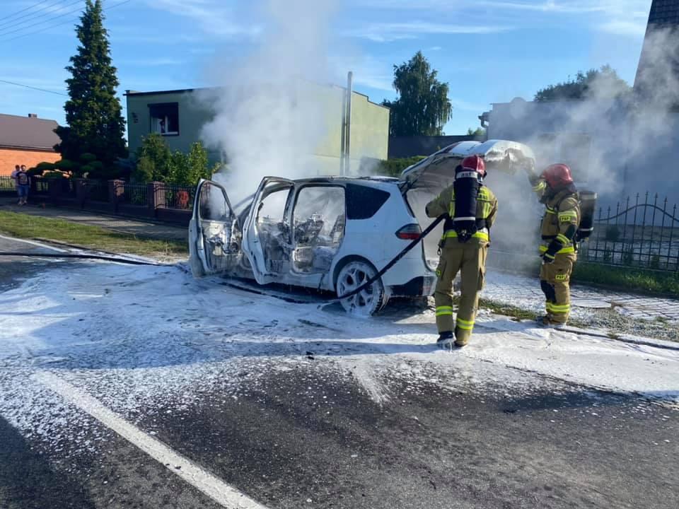 Gmina Chocz. Pożar samochodu. Strażacy w akcji - Zdjęcie główne