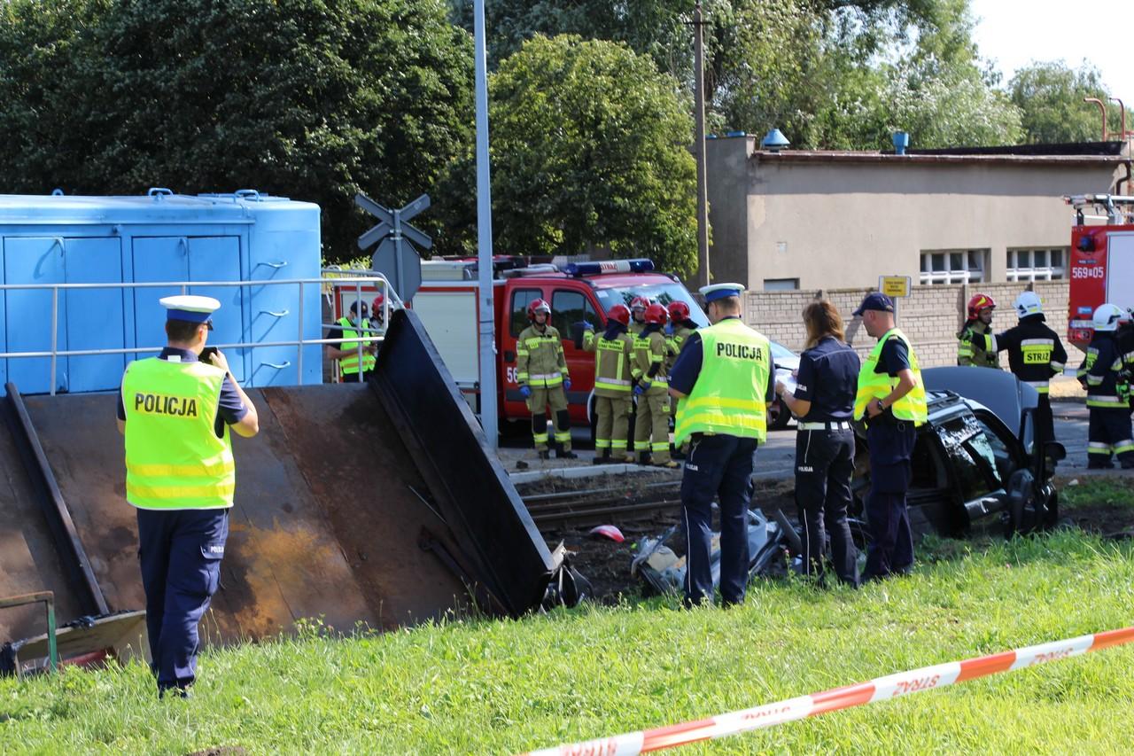 Pleszew. Śmiertelny wypadek na torach. Osobówka zderzyła się z pociągiem [FOTO] - Zdjęcie główne