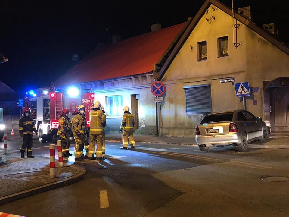 Pleszew. Chocz. Auto z ogromną siłą uderzyło w dom! Kierowca pijany i bez prawa jazdy - Zdjęcie główne