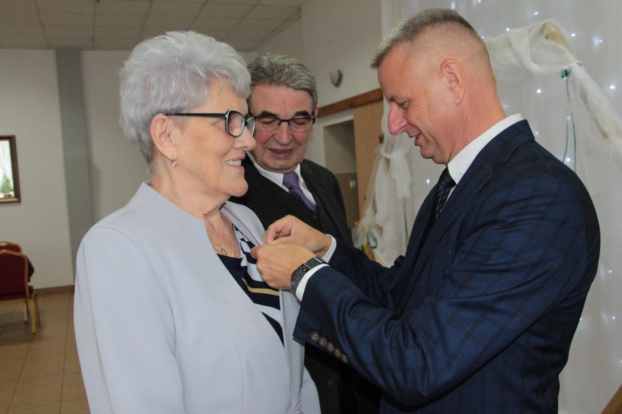 """""""Złote Gody"""" w Dobrzycy. Jubilaci odebrali medale za 50-lecie małżeństwa [ZDJĘCIA] - Zdjęcie główne"""