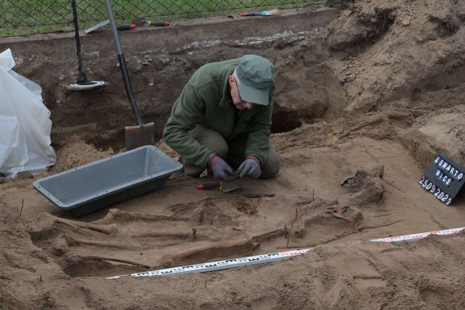 Niezwykłe odkrycie w Lenartowicach. Odnaleziono szczątki żołnierzy niemieckich [ZDJĘCIA] - Zdjęcie główne