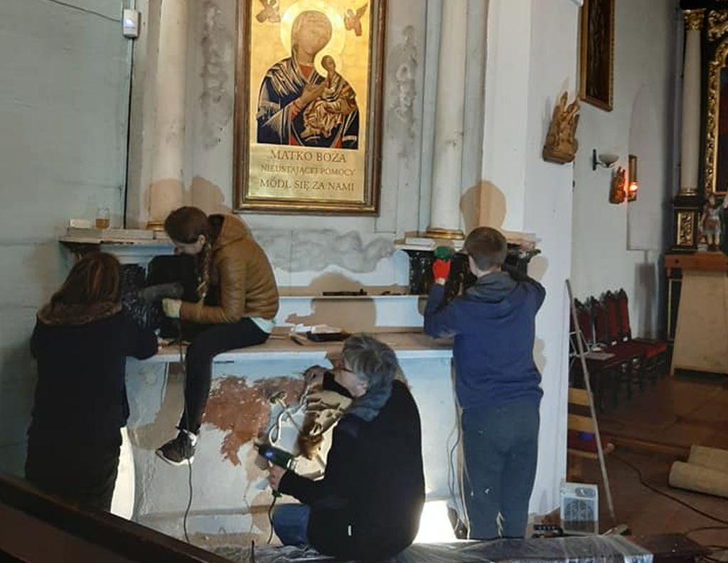 Pleszew. Konserwują ołtarz w kościele św. Floriana. Proboszcz prosi o datki  - Zdjęcie główne
