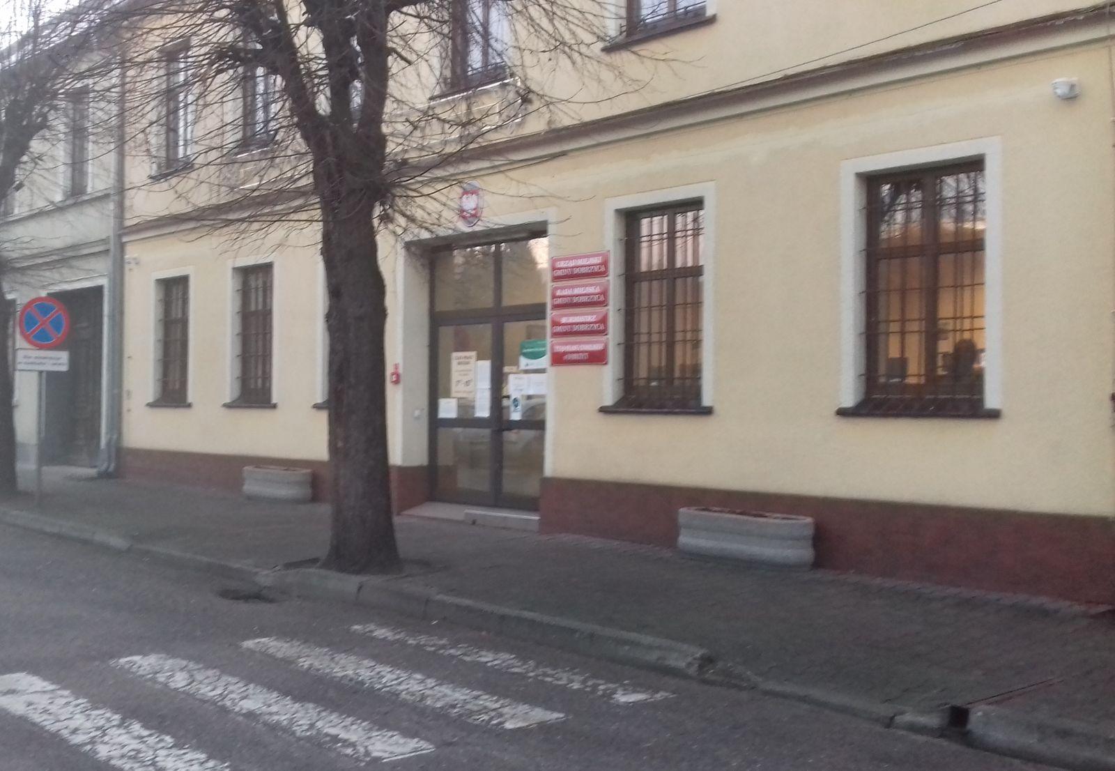 Gmina Dobrzyca. Dach urzędu gminy zostanie wyremontowany. Do kiedy potrwają prace? - Zdjęcie główne