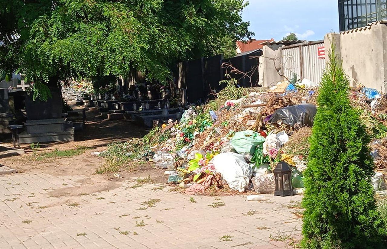 Pleszew. Nielegalne wysypisko na cmentarzu. Góra śmieci zaczyna zagrażać grobom - Zdjęcie główne
