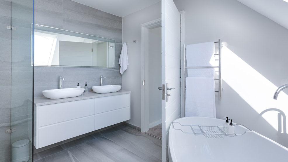 Panele do łazienki: Pomysł na funkcjonalną i estetyczną podłogę - Zdjęcie główne
