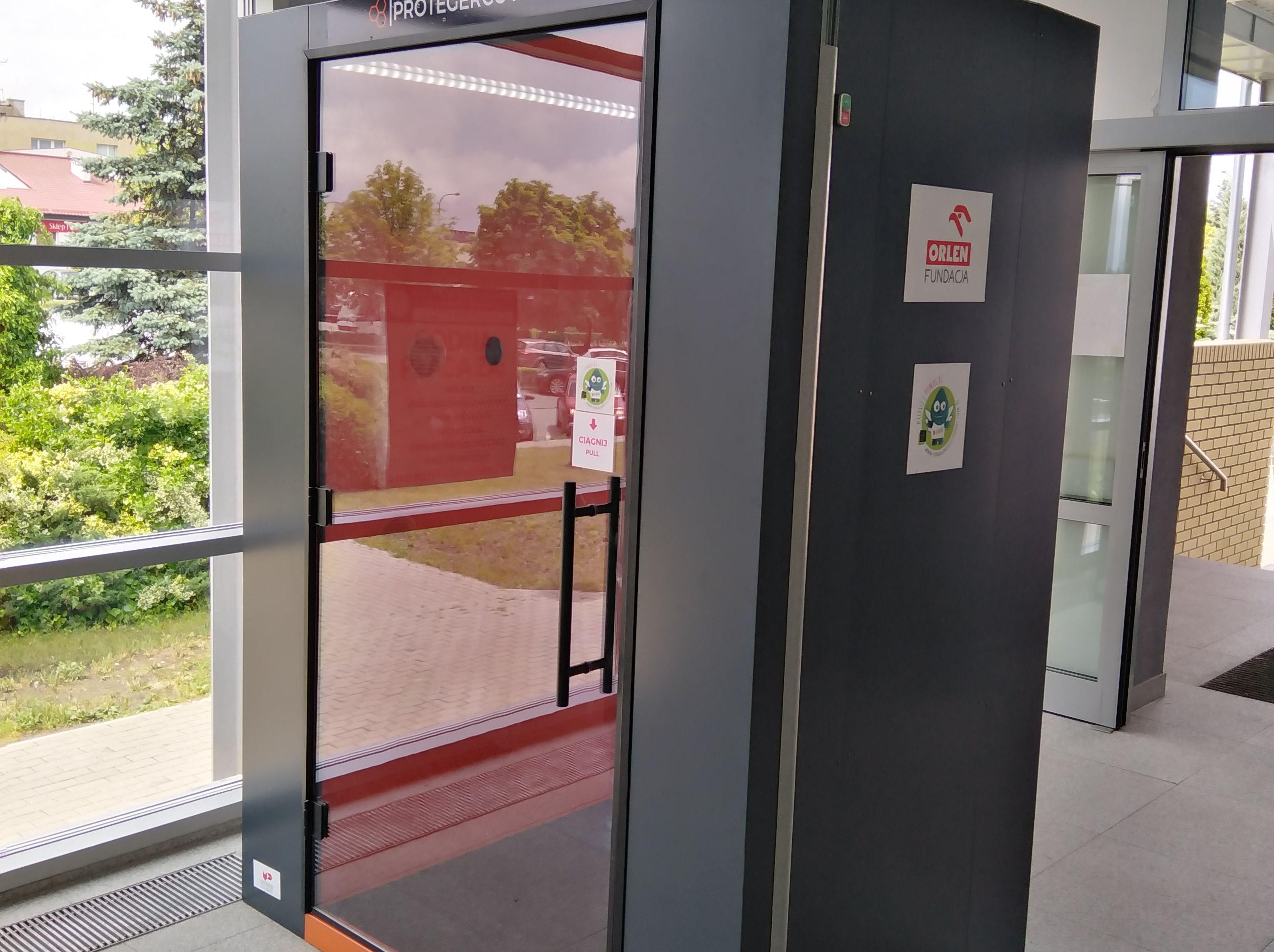 Pleszew. Nowa kabina dezynfekcyjna na wejściu do szpitala. Niszczy bakterie i wirusy - Zdjęcie główne