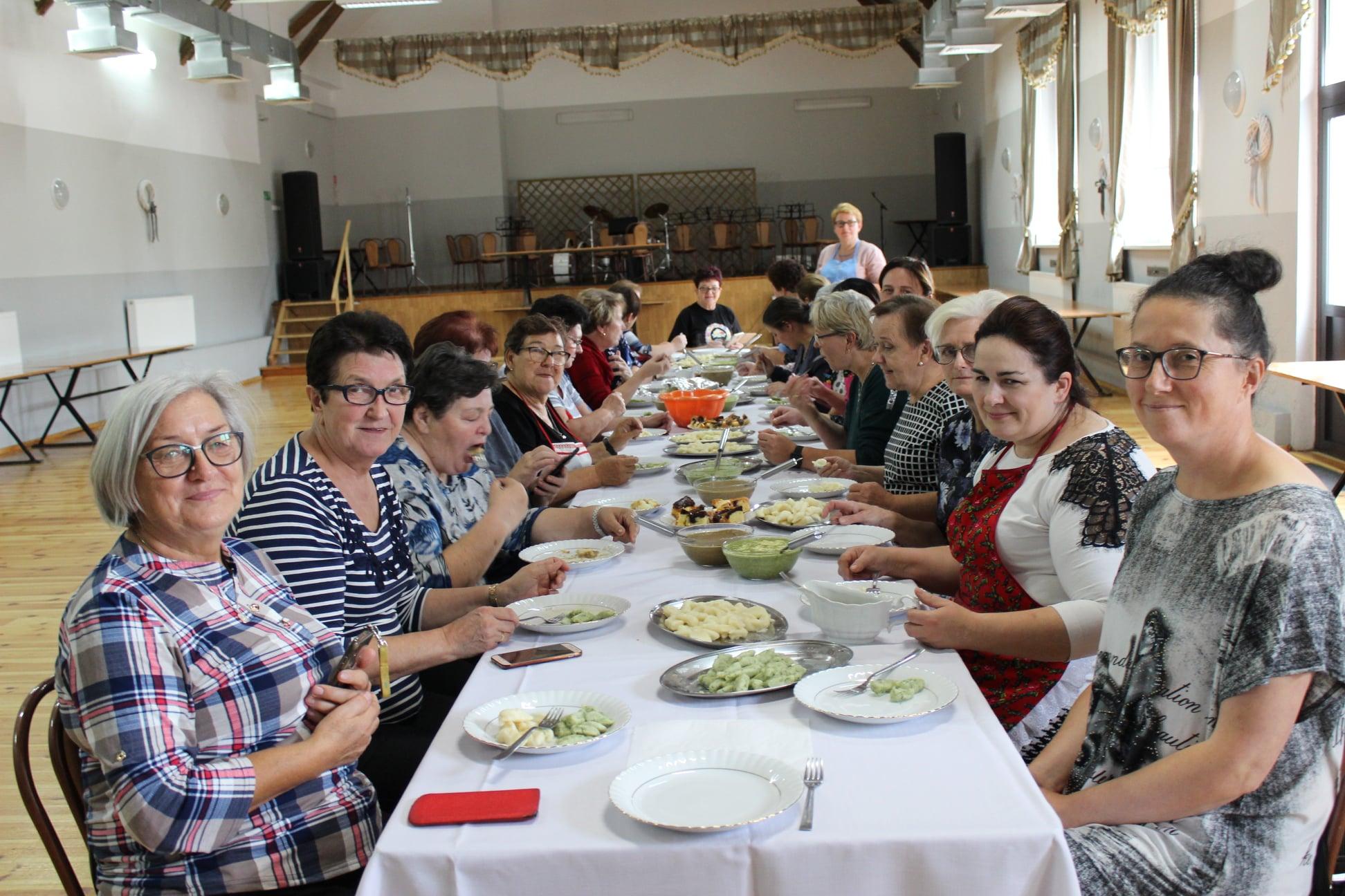 Seniorki oraz panie z KGW z gminy Chocz na warsztatach kulinarnych [ZDJĘCIA] - Zdjęcie główne