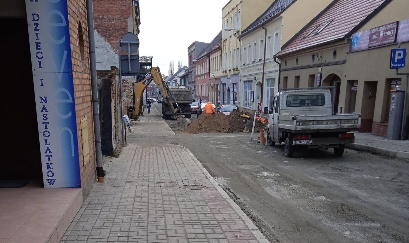Pleszew. Kiedy skończą się prace na ul. Sienkiewicza? Mieszkańcy czekają na asfalt - Zdjęcie główne