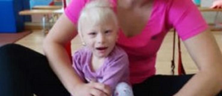 Pleszew. Mała Viwianka czeka na naszą pomoc. Możemy pomóc w jej rehabilitacji! - Zdjęcie główne