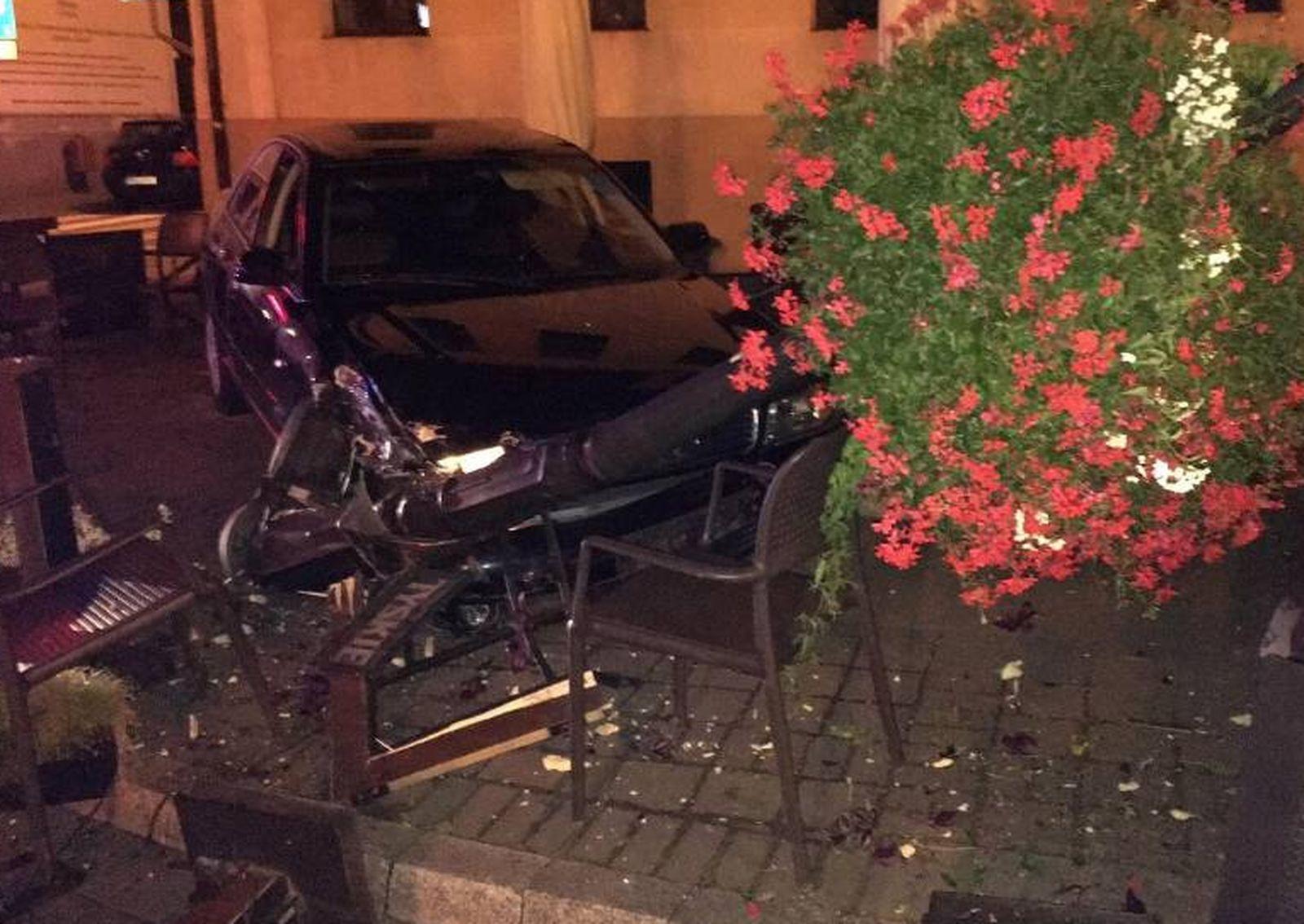 Pleszew. Niebezpieczne zdarzenie na Rynku. Samochód wjechał na teren ogródka przy restauracji - Zdjęcie główne