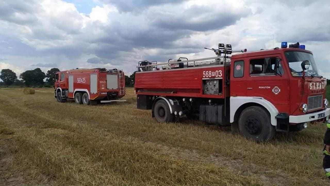 Pożar ścierniska w Broniszewicach. Paliła się też prasa do słomy [FOTO] - Zdjęcie główne