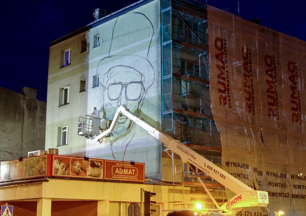 Rozpoczęły się prace nad muralem Mariana Bogusza w Pleszewie. Powstaje tuż przy drodze krajowej [ZDJĘCIA] - Zdjęcie główne