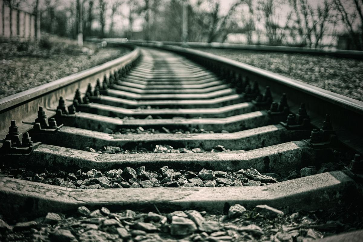 Pleszew. Kowalew. Nietrzeźwy kierowca wjechał autem w pociąg - Zdjęcie główne