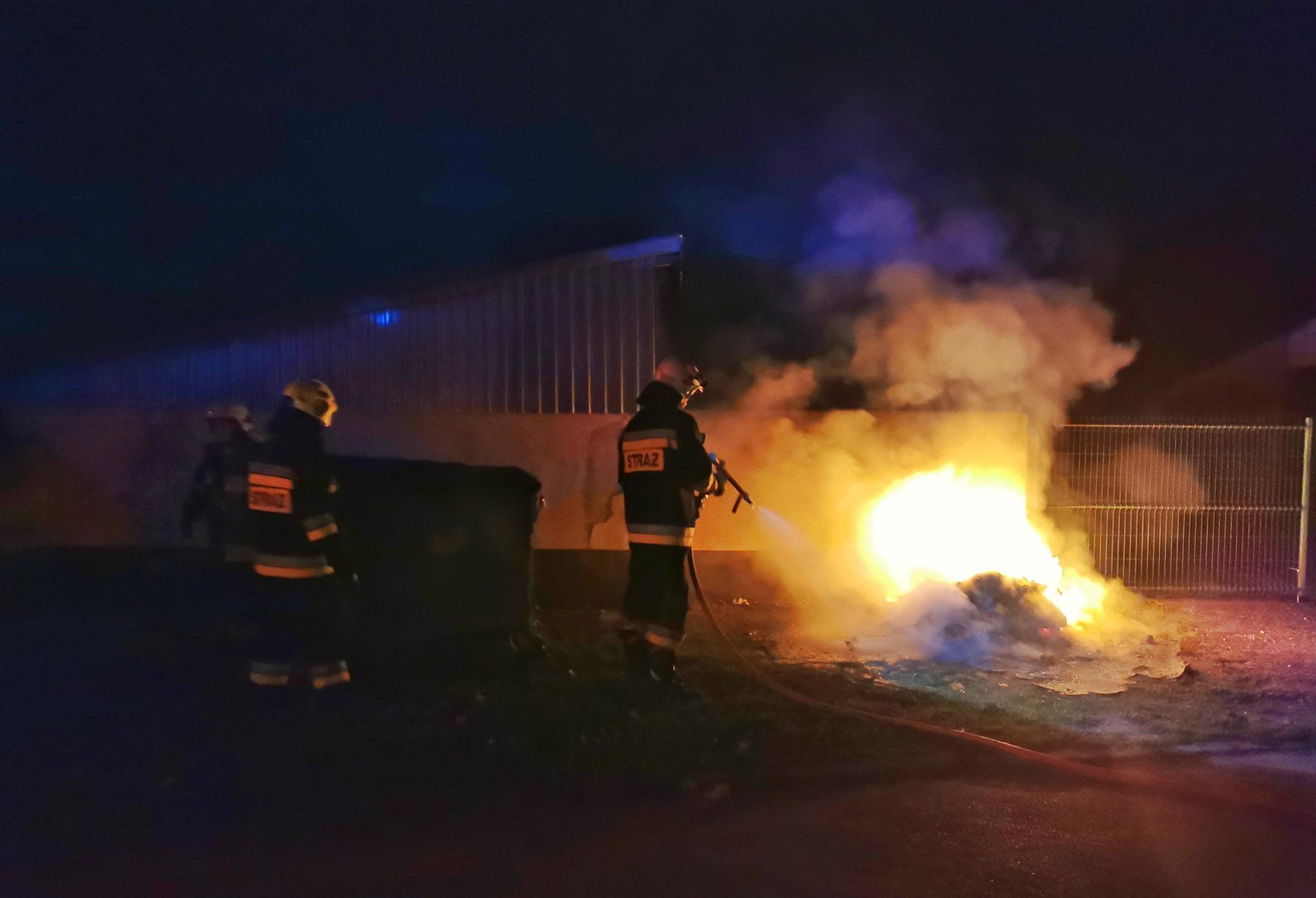 Gmina Gizałki. Nocna akcja strażaków. Walczyli z ogniem na terenie szkoły - Zdjęcie główne