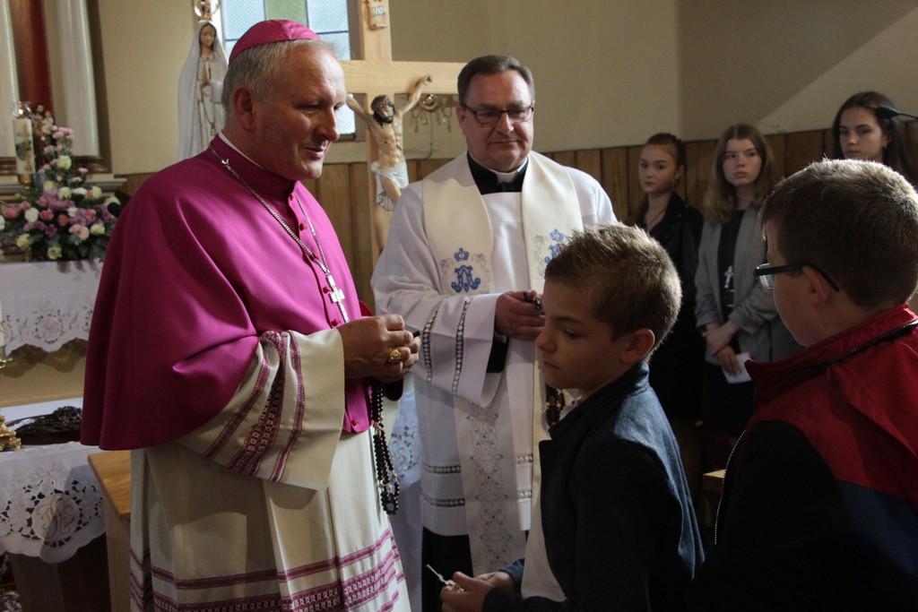 Bierzmowanie w Lenartowicach z udziałem biskupa Łukasza Buzuna. Dzieci i młodzież otrzymali różańce [ZDJĘCIA] - Zdjęcie główne