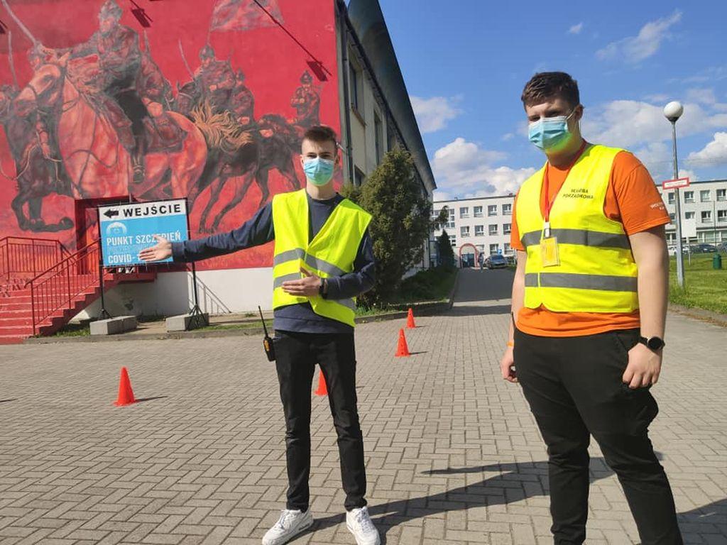 Kacper i Mateusz pomagają w punkcie szczepień w Pleszewie. Zgłosili się sami - Zdjęcie główne
