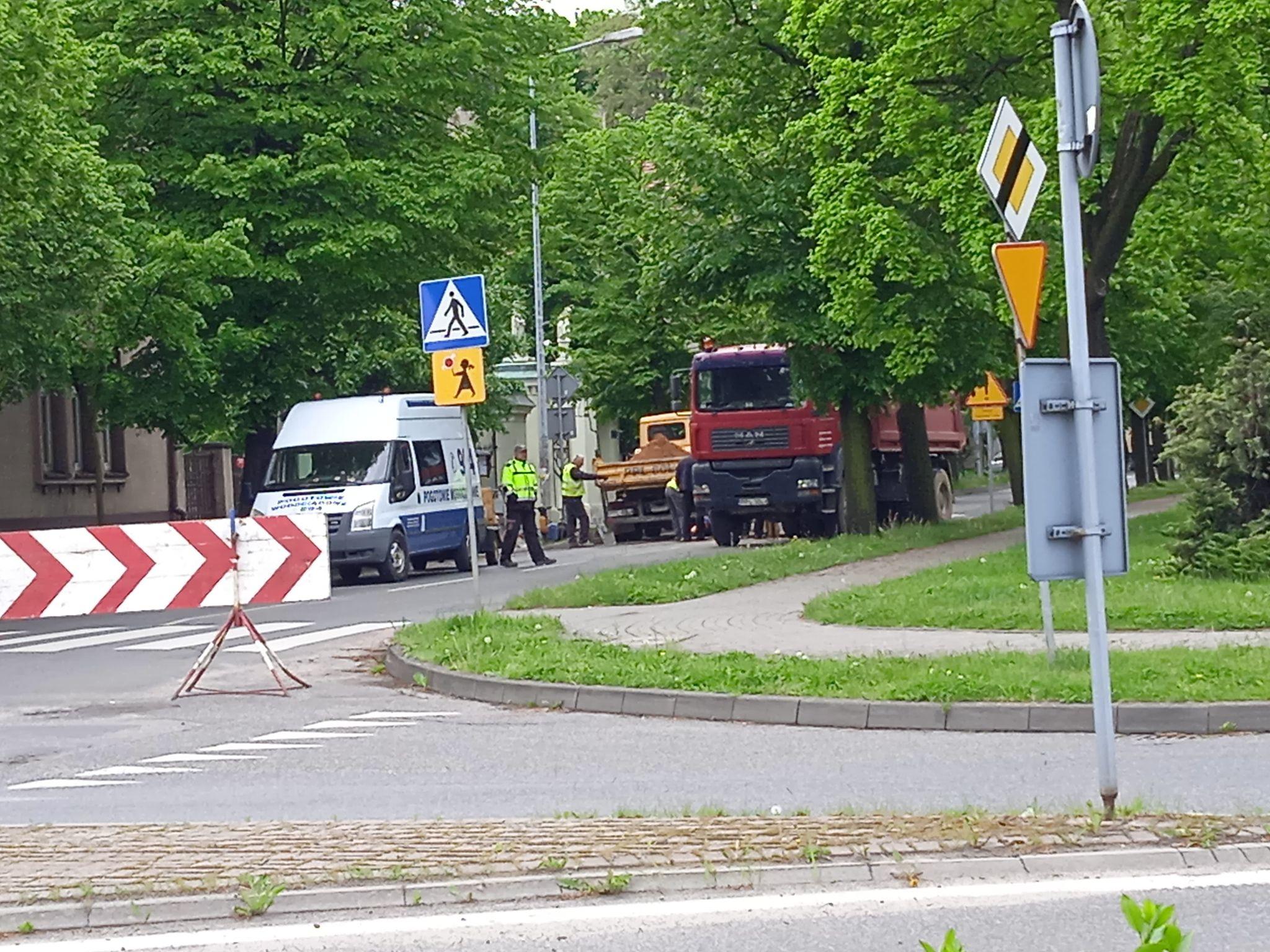 Pleszew. Rozpoczęły się pierwsze prace w okolicach przejścia dla pieszych na ul. Wojska Polskiego - Zdjęcie główne