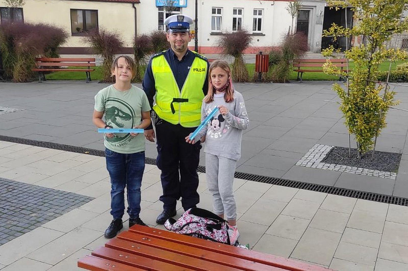Pleszew. Ważna akcja policjantów. Rozdawali przy tym... prezenty - Zdjęcie główne