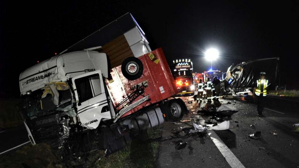 Czołowe zderzenie i zmiażdżona kabina busa. Tragiczna śmierć 37-latka  - Zdjęcie główne