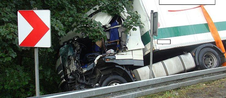 Zderzenie dwóch tirów. Ciężarówka wjechała do rowu  - Zdjęcie główne