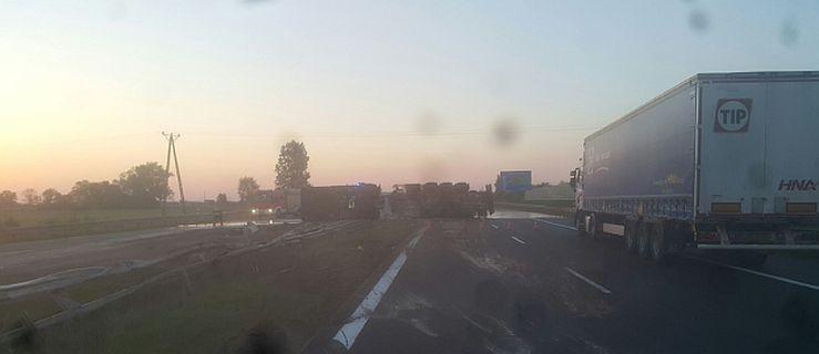 Autostrada A2 zablokowana w obu kierunkach. Przewróciła się ciężarówka  - Zdjęcie główne