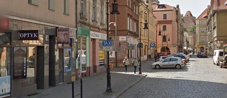 35-latek leżał kompletnie pijany w centrum Poznania. Strażnicy znaleźli przy nim 10 tys. zł - Zdjęcie główne