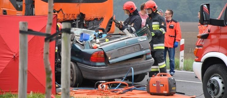 Tragiczny wypadek na 12. Nie żyje kierowca osobówki  - Zdjęcie główne