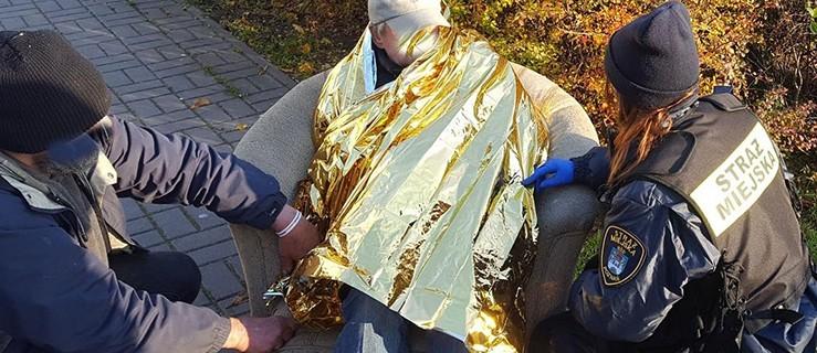 Mężczyzna znaleziony na śmietniku bliski hipotermii. Uratowali go strażnicy  - Zdjęcie główne