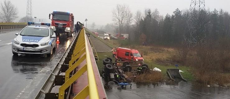 Ciężarówka spadła z mostu do rzeki. W kabinie został kierowca  - Zdjęcie główne