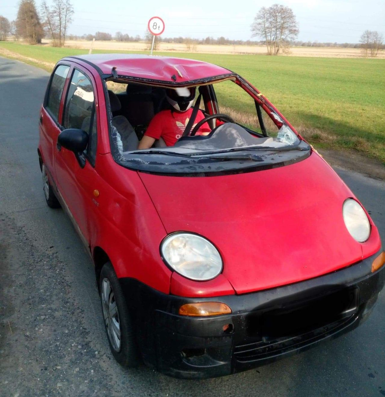 Jechał autem bez przedniej szyby, ale w pasach i kasku na głowie   - Zdjęcie główne