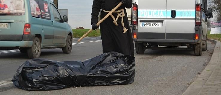 Droga krajowa, czarny worek i radiowóz policyjny. Obok stoi ona...  - Zdjęcie główne