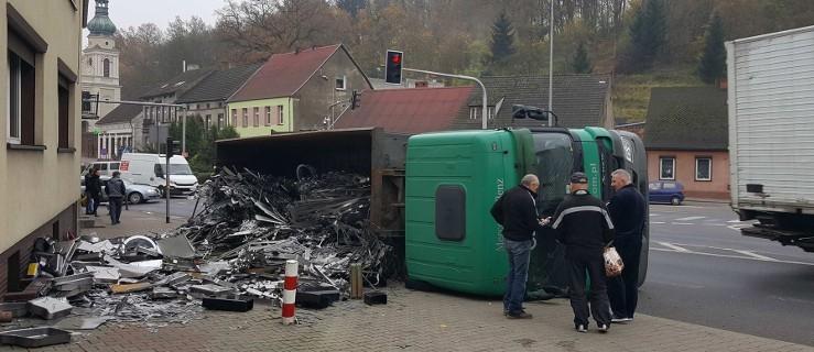 Ciężarówka przewróciła się tuż obok stojących ludzi [WIDEO] - Zdjęcie główne
