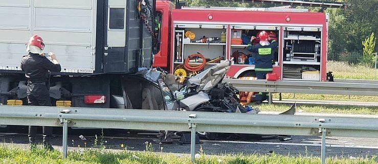 Zderzenie 3 tirów i osobówki na A2. Jeden z kierowców nie żyje - Zdjęcie główne