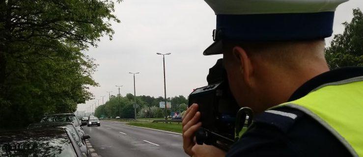 Jechał ponad 10 km lewym pasem drogą krajową. Policji powiedział, że śpieszył się... do pracy - Zdjęcie główne