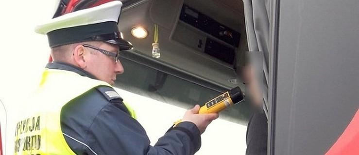 Pijany mężczyzna zasnął za kierownicą i zatrzymał się na środku jezdni  - Zdjęcie główne